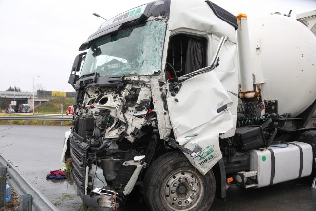 Schwere Kollision zwischen Silo-LKW und Holztransporter in Laakirchen