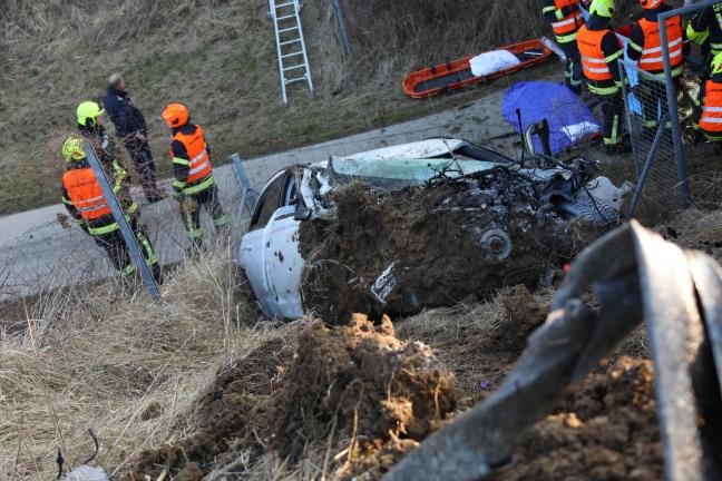Auto knallt nach Unfall auf der Westautobahn bei Allhaming in Böschung einer Unterführung