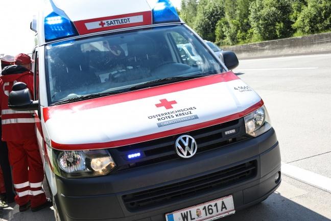 Fahrzeugüberschlag nach Reifenplatzer auf der Westautobahn bei Pucking endet glimpflich