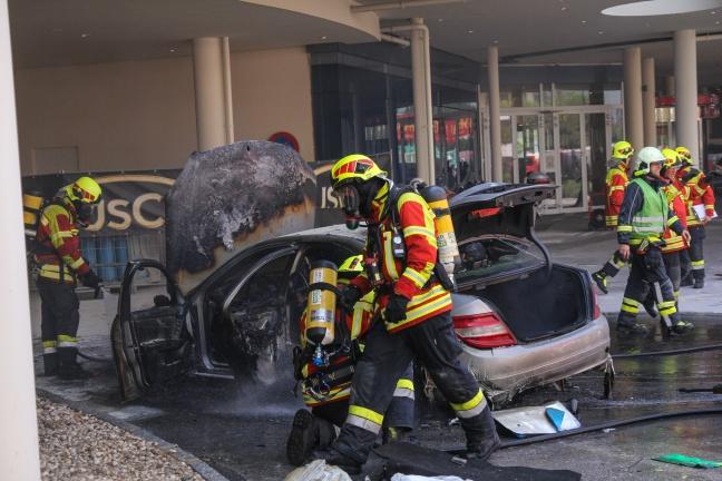 Vollbrand eines PKW bei Einkaufszentrum in Pasching mit starker Rauchentwicklung