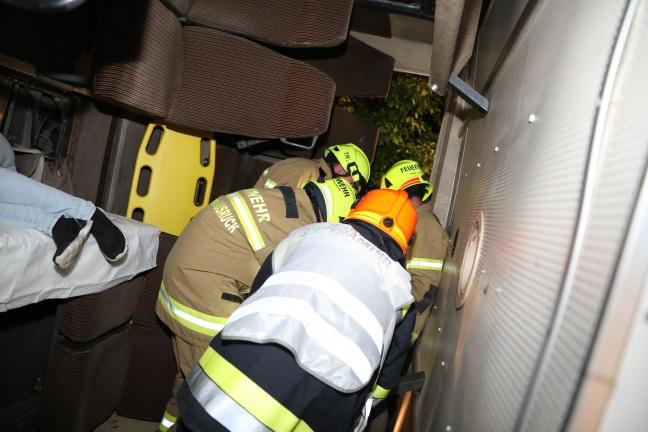 Großübung der Einsatzkräfte mit umgestürztem Bus in Haag am Hausruck