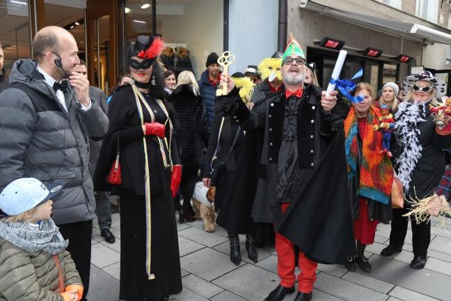 Faschingsbeginn mit gemeinsamer Quadrille in der Welser Innenstadt