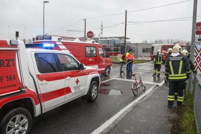 Auto kollidiert auf Bahnübergang in Hinzenbach mit Regionalzug