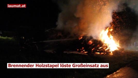 Brennender Holzstapel löste Großeinsatz ausin Pichl bei Wels