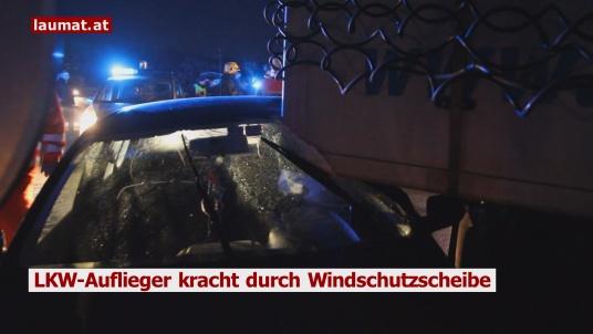 LKW-Auflieger kracht durch Windschutzscheibe
