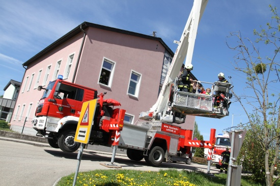 Feuerwehren übten in der Volksschule Fischlham für den Ernstfall