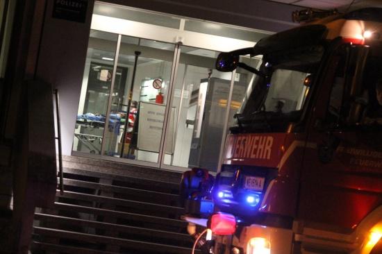 Feuerwehr und Rotes Kreuz bei Brand im Polizeianhaltezentrum Wels im Einsatz
