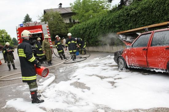 Feuerwehr bei Fahrzeugbrand in Buchkirchen im Einsatz