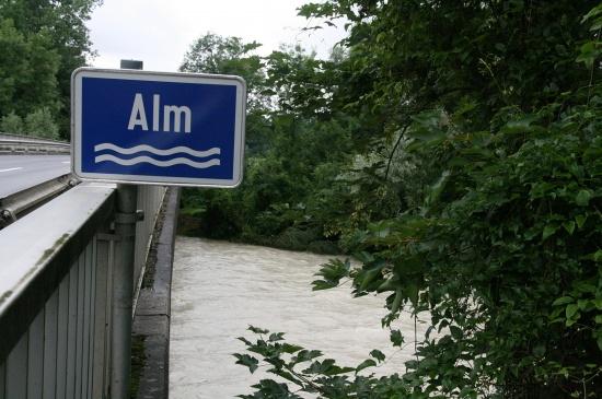 Spuren des Hochwassers entlang der Alm