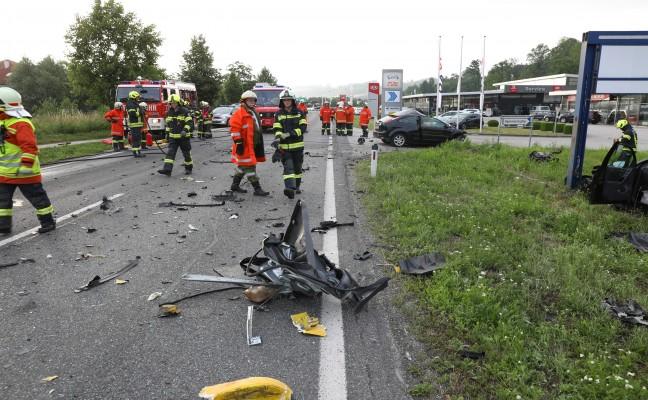 Tödlicher Verkehrsunfall zwischen LKW und zwei PKW auf Innviertler Straße in Schlüßlberg