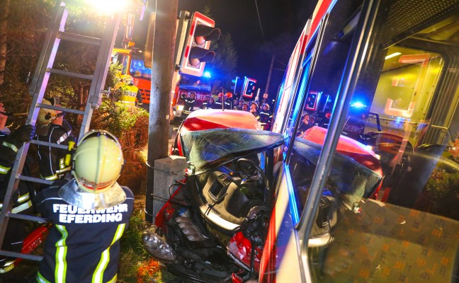 Lokalbahn kollidiert auf Bahnübergang in Eferding mit Auto