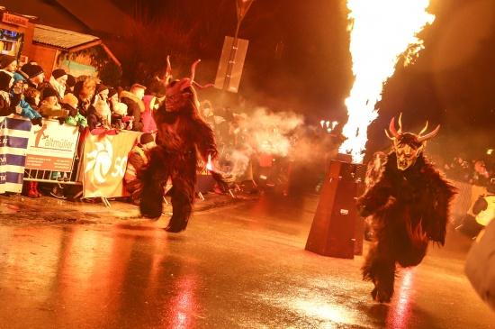 Traditioneller Perchtenkehraus lockte viele Besucherinnen und Besucher nach Schleißheim