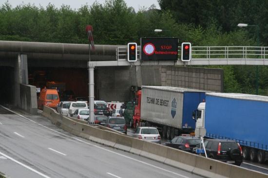 Stundenlange Tunnelsperre nach Unfall