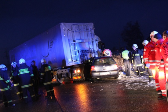 LKW-Auflieger bohrte sich bei Unfall durch Windschutzscheibe - Lenker leicht verletzt