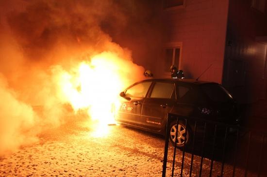 Motorraum eines PKWs ging in Marchtrenk in Flammen auf