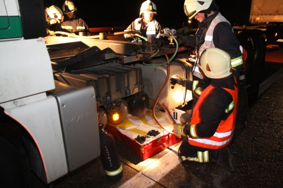 Diesel aus beschädigtem LKW-Tank verteilte sich großflächig auf der Westautobahn