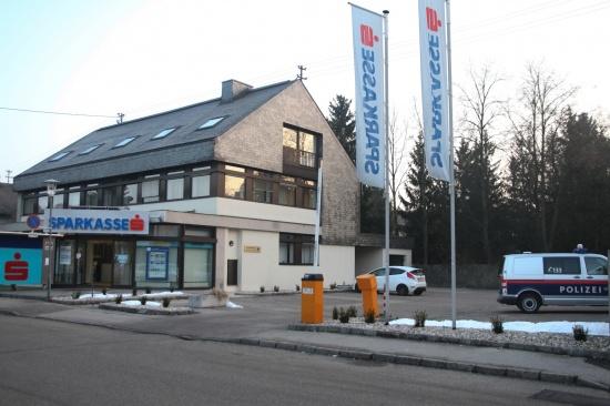 Polizeieinsatz bei Bankgebäude in Marchtrenk