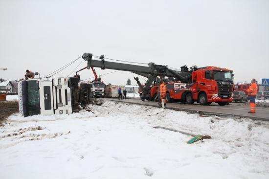 Schwierige LKW-Bergung nach Verkehrsunfall in Lambach