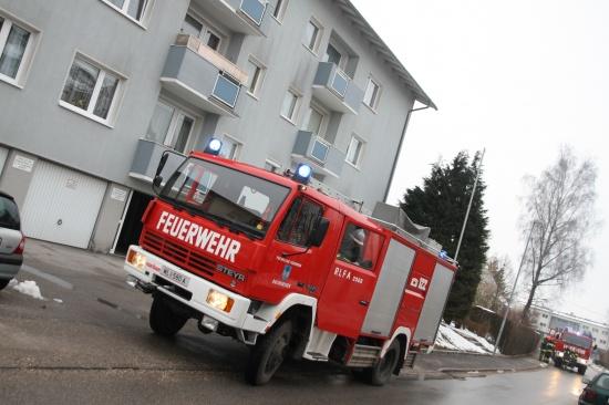 Verdacht auf Wohnungsbrand durch qualmenden Aschenbecher am Balkon