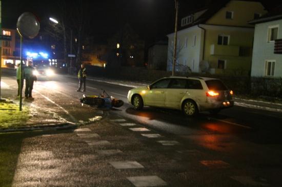 Mopedfahrer niedergestoßen