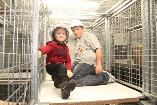 Interessierte Kinder und Jugendliche bei der Feuerwehr Wels