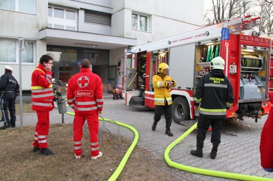 Durch Brand mehrere Wohnungen in Hochhaus verraucht