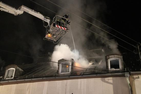 Feuer zerstört Mehrparteienhaus in Stadl-Paura