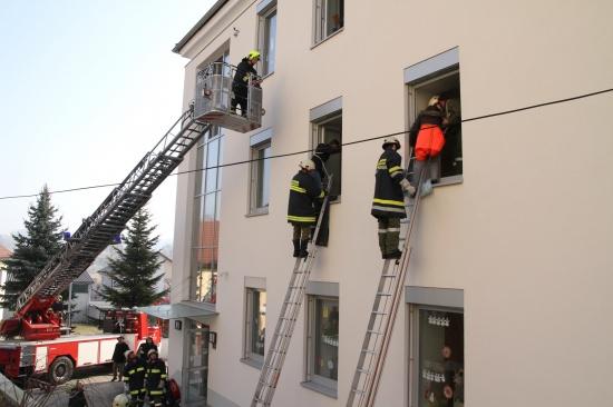 Großübung von Feuerwehr und Rotem Kreuz in Offenhausen