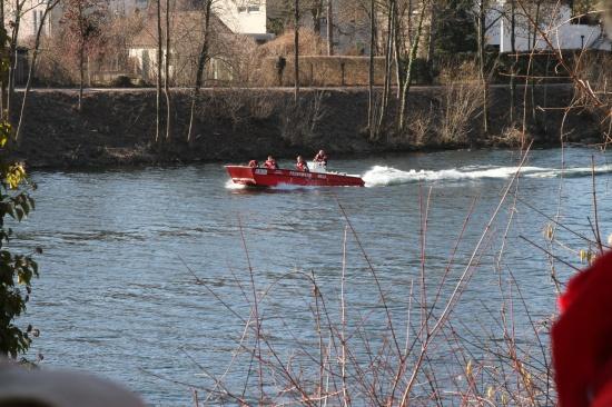 Leblose Person mit Feuerwehrboot aus der Traun geborgen