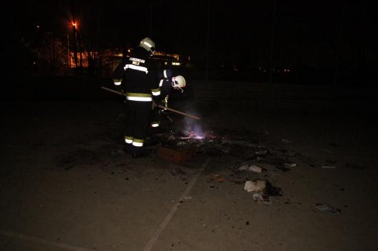 Jugendliche setzten Karton und Papier auf Spielplatz in Brand