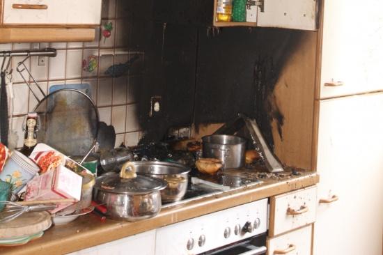 Feuerwehr bei Küchenbrand in Mehrparteienhaus im Einsatz