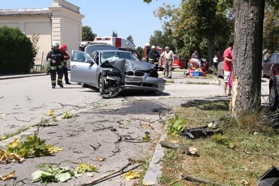 PKW rast auf Parkplatz gegen Baum - 3 Verletzte