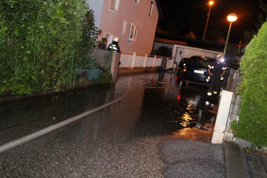 Straße nach Unwetter mit Starkregen überflutet