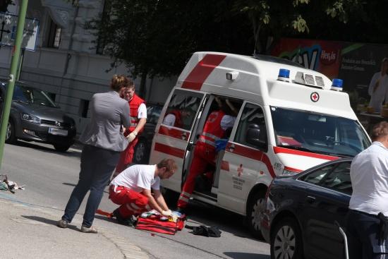 Radfahrer bei Zusammenstoß mit PKW schwer verletzt