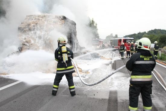 LKW-Anhänger mit Strohballen auf der A8 in Brand