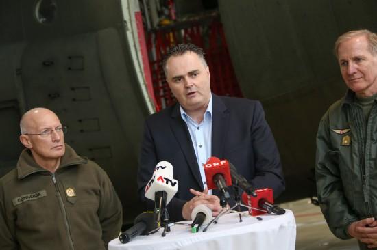 "Verteidigungsminister Hans Peter Doskozil bei Transportflugzeug ""Hercules"" in Hörsching"