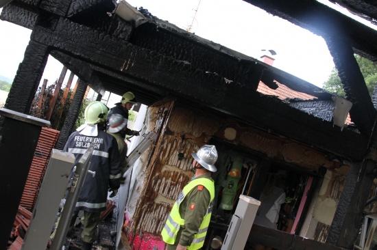 Feuerwehr verhindert Übergreifen eines Brandes auf Wohnhaus