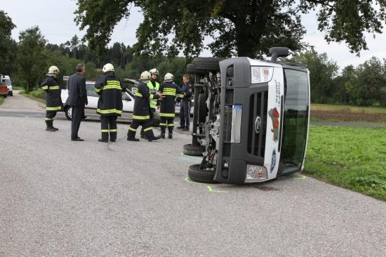 Kleintransporter bei Verkehrsunfall umgekippt
