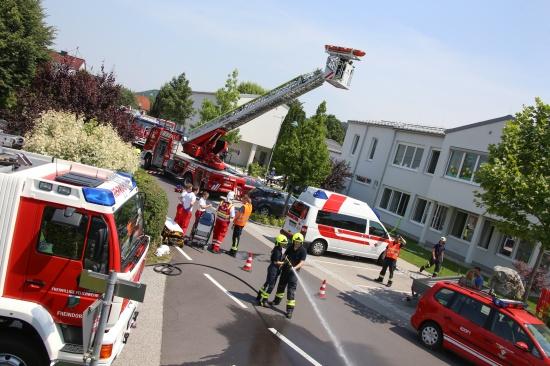 Feuerwehr und Rettungsdienst übten in der Volksschule Pucking für den Ernstfall