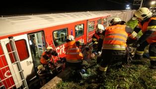 Große nächtliche Übung der Einsatzkräfte auf Bahnstrecke in Traun