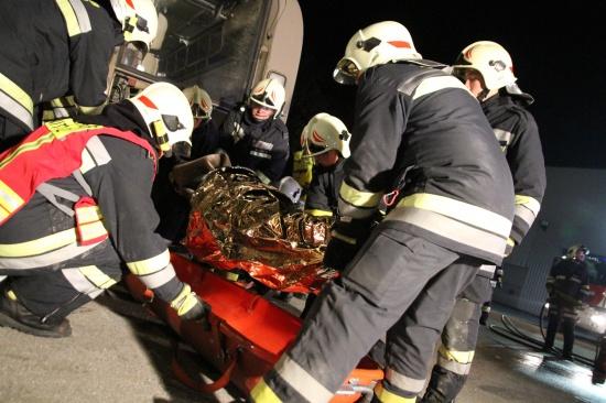 Feuerwehr Thalheim bei Wels übte den Einsatz bei einem Busunfall
