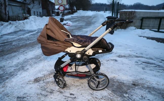 Baby bei Attacke auf Frau aus dem Kinderwagen geschleudert
