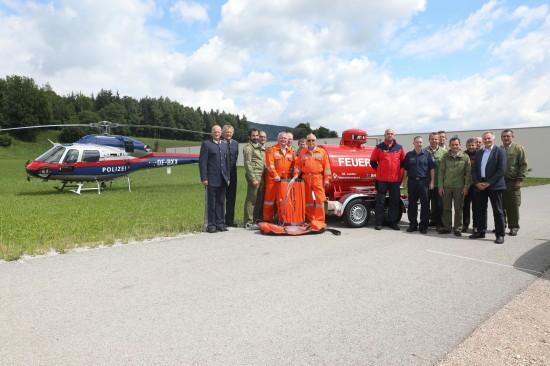 Feuerwehr und Flugpolizei stellten Kerosin-Tankanhänger beim Waldbrandstützpunkt in Scharnstein in den Dienst