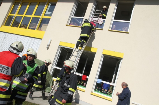 Feuerwehr und Rotes Kreuz übten im Kindergarten Offenhausen